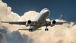 Ein Flugzeug am Himmel mit Wolken