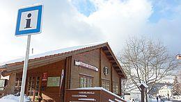 Tourist-Info in Schierke im Winter mit blauem Hinweisschild