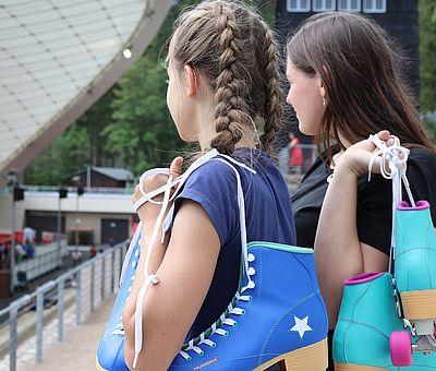 Kinder stehen in der Schierker Feuerstein Arena im Rollschuhen