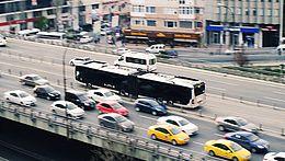 Autos und Busse auf einer Straße in einer Stadt