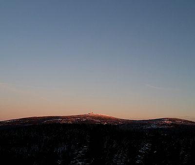 Der Brocken bei Sonnenuntergang vom Torfhaus gesehen