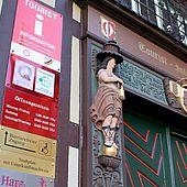 Schilder am Eingang zur Tourist-Information