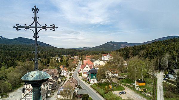 Luftbildaufnahme Schierke mit dem Kreuz der Bergkirche