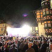 Die Bühne auf dem Marktplatz zum Rathausfest in Wernigerode in der Dunkelheit